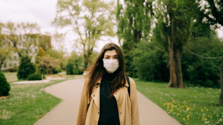 Maskne: H ακμή στην εποχή του κορωνοϊού – Πώς να περιποιηθείς και προστατεύσεις το δέρμα σου από την χρήση της μάσκας