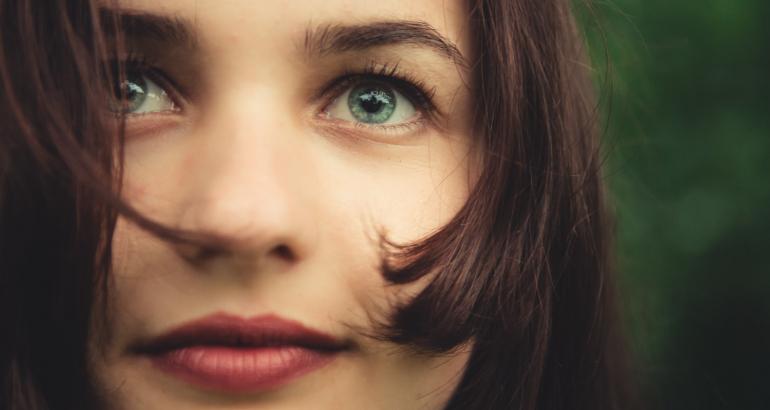 Θέλω να κάνω ημιμόνιμο μακιγιάζ στα χείλη. Ποιο χρώμα είναι το ιδανικό;